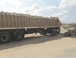 Cement enters the Gaza Strip from Egypt through the Rafah crossing (Facebook page of the ministry of the interior in the Gaza Strip, date, 2016).