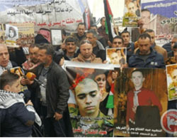 Rally held by the family of Palestinian terrorist Abd al-Fatah al-Sharif in the center of Hebron (Ma'an, January 4, 2017).