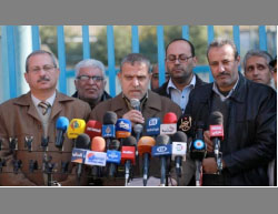 Dr. Suhail al-Hindi, chairman of the UNRWA staff union, holds a press conference near UNRWA headquarters during a protest (al-Risalah, December 20, 2016).