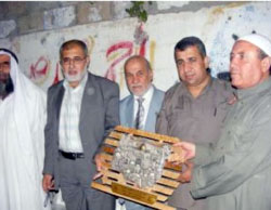 Muhammad al-Jamassi (second from right) with a delegation of Palestinian Legislative Council members at the Siam clan in Gaza (website of the Hamas faction in the Palestinian Legislative Council, May 20, 2010).
