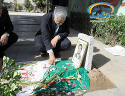 Qods Force commander Qassem Soleimani, the prominent figure in the Iranian involvement in Syria, at the grave of an IRGC fighter killed in Syria (afsaran.ir, April 14, 2015)