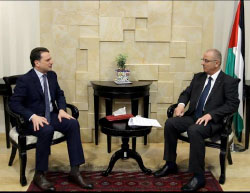 Rami Hamdallah (right), prime minister of the Palestinian national consensus government, meets with Pierre Krähenbühl, Commissioner General of UNRWA (April 17, 2017). It was decided not to change the PA curriculum also taught in UNRWA schools in the Gaza Strip (Facebook page of Rami Hamdallah, April 17, 2017).