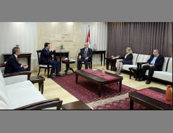 Palestinian prime minister Rami Hamdallah meets in his office in Ramallah with Pierre Krähenbühl (second from left) (Facebook page of Rami Hamdallah, April 17, 2017).