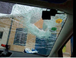 The front windshield of an Israeli vehicle attacked by stone-throwing Palestinians near Deir Abu Mash'al, northwest of Ramallah (Palinfo Twitter account, May 19, 2017).