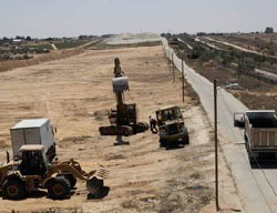 Carrying out construction on the Palestinian side of the Rafah-Egypt border (Facebook page of the Hamas ministry of the interior in the Gaza Strip, June 29, 2017).