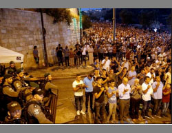 Mass prayer held in front of the Lions' Gate in east Jerusalem on the morning of July 27, 2017 (Facebook page of QudsN, July 27, 2017).