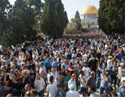Muslims enter the Temple Mount en masse after Israel removed its security installations (Wafa, July 27, 2017).