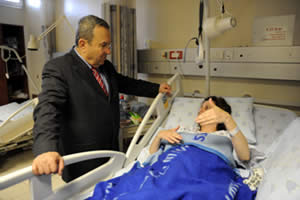 Israeli Defense Minister, Ehud Barak, at the bedside of Tali Yehoshua-Koren