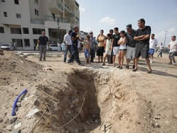The pit created by the rocket which fell in Ashqelon (Photo by Adi Israel, courtesy of NGR, July 30, 2010).