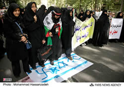 Students protest the Israeli raid in front of the UN office in Tehran, May 31