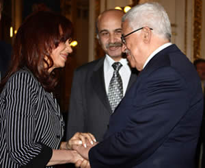 Palestinian Authority Chairman Mahmoud Abbas shakes hands with Argentinean President Cristina Kirchner