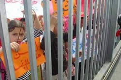 Children demonstrating near the Rafah crossing