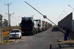 Trucks carrying food and medicine at the Kerem Shalom crossing