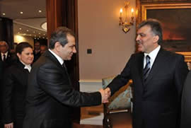 enior IHH figure Zeyid Aslan shakes hands with Turkish President Abdullah Gül