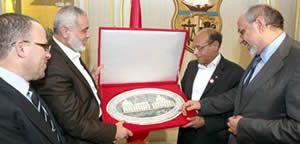Ismail Haniya meets with the heads of the Tunisian administration