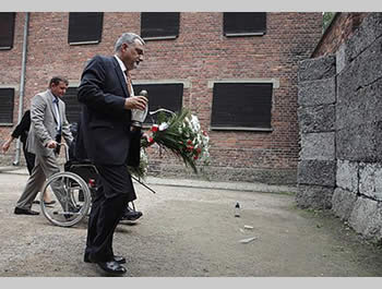 Ziad al-Bandak, advisor to Mahmoud Abbas, at Auschwitz, the Nazi extermination camp (Picture from Hamas' PALDF forum website, July 28, 2012).