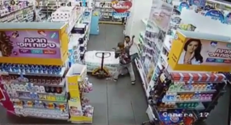 The stabbing attack captured on a security camera in the supermarket (YouTube, August 2, 2017).
