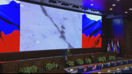 Sergei Rudskoy at the press conference against the backdrop of a photo of the Russian airstrike on an ISIS convoy (Russian Defense Ministry website, August 21, 2017)