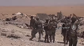 Photos from a Syrian army video, showing scenes of the fighting in the Sukhnah area (YouTube account of the Syrian Army Spokesperson's Office, August 5, 2017)