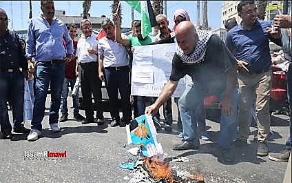 Burning of n Israeli flag and a photo of President Trump during the demonstration (Facebook page of photographer Ismail Al Rimawi, 24 August 2017)