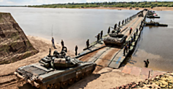 A Syrian army armored force crosses the Euphrates from the west bank to the east on the floating bridge built by the Russians (Syria-Victory, September 24, 2017).