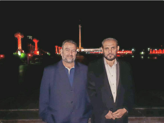 Picture posted Husam Badran to his Twitter account of himself and Saleh al-Arouri with the lights of Moscow in the background (Twitter account of Husam Badran, date, 2017).