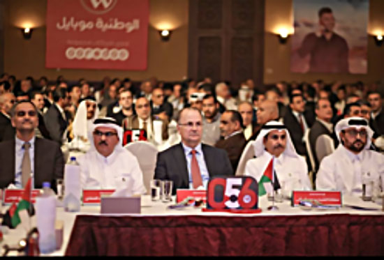 Muhammad al-Amadi (second from left), chairman of the Qatari committee to rebuild the Gaza Strip, and Muhammad Mustafa (third from left), chairman of the Palestine Investment Fund, at the ceremony launching Watania Mobile in the Gaza Strip (Facebook page of Watania Mobile, October 24, 2017).