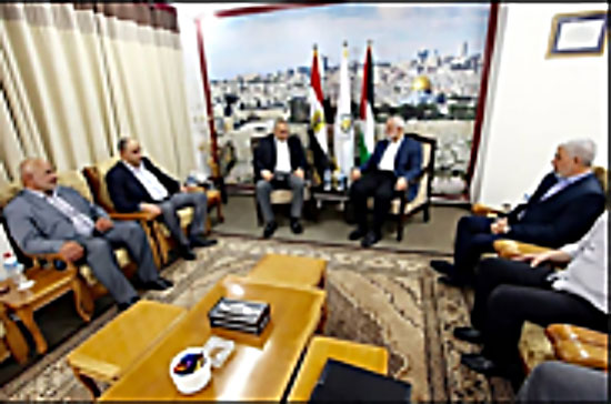 Isma'il Haniyeh and Yahya al-Sinwar meet with the members of the Egyptian delegation (Facebook page of Shehab, October 1, 2017).