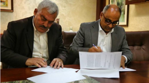 Shawan Jabarin signing a cooperation agreement between the Al-Haq organization and the Faculty of Law at Al-Najah University in Nablus in May 2015 (University website, May 25, 2015)
