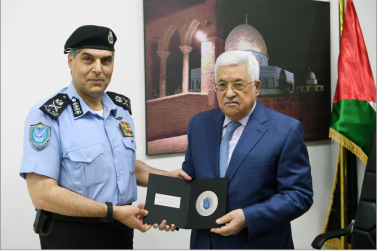 Major General Hazem Atallah, commander of the Palestinian police force, presents Mahmoud Abbas with a symbolic gift for the PA's joining INTERPOL (Wafa, September 27, 2017).