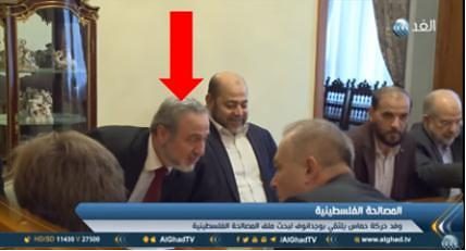 Muhammad Sawalha (red arrow, next to Musa Abu Marzouq) at a meeting of a Hamas delegation and Deputy Foreign Minister Mikhail Bogdanov (al-Ghad YouTube channel, September 19, 2017).