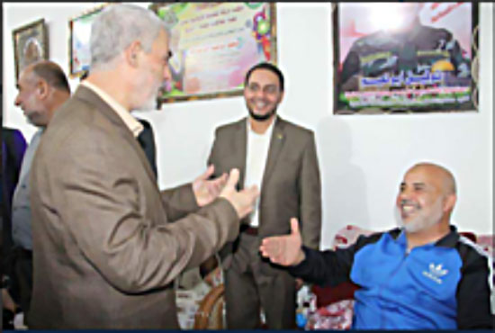 Yahya al-Sinwar, head of Hamas' political bureau in the Gaza Strip (left), visits Tawfiq Abu Na'im in his home (Palinfo Twitter account, October 30, 2017).