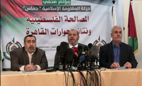 Khalil al-Haya, a member of Hamas' political bureau (center), at a press conference in the Gaza Strip held to report on the internal Palestinian reconciliation and the latest round of talks in Cairo (Palinfo Twitter account, November 27, 2017).
