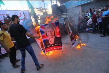 Burning pictures of British Prime Minister Theresa May and Lord Balfour during the demonstration (Safa, November 3, 2017).