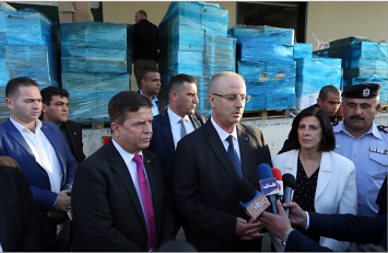 Rami Hamdallah holds a press conference in Ramallah with the Palestinian minister of health as a shipment of medical assistance is about to be sent to the Gaza Strip (Wafa, November 8, 2017).