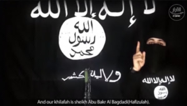 Abu al-Bara al-Kashmiri against the background of an ISIS flag bearing the inscription Kashmir Province, calling on the various jihadi groups to pledge allegiance to Caliph Abu Bakr al-Baghdadi (Haqq and file-sharing website, December 25, 2017)