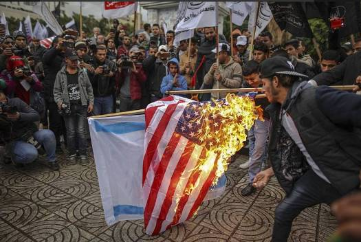 Burning the American and Israeli flags (Twitter account of QudsN, December 6, 2017).