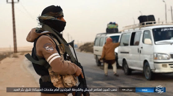 ISIS operatives stopping other vehicles at the checkpoint (Akhbar Al-Muslimeen, January 5, 2018)