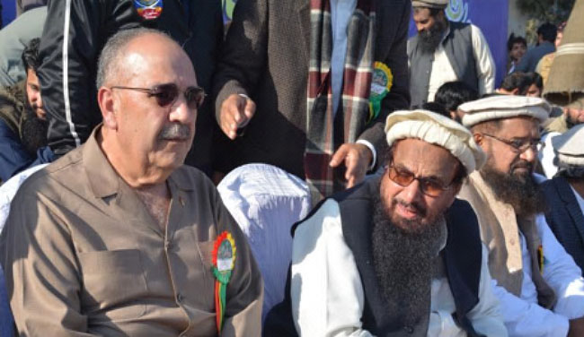 Hafiz Muhammad Saeed (right) next to PLO ambassador to Pakistan, Walid Abu Ali (al-Jazeera, December 31, 2017).