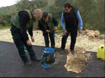 The Palestinian security forces neutralize IEDs on the A'llar-A'til road (Shehab, January 27, 2018).