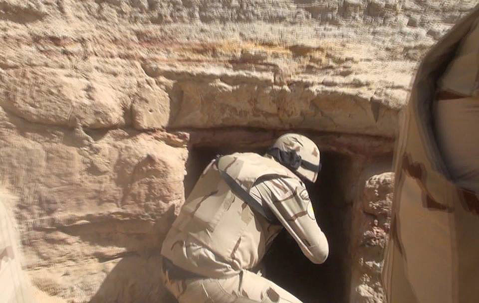 Egyptian Army soldier near the entrance to a cave during a security activity (Official Facebook page of the Egyptian Armed Forces Spokesman, March 4, 2018)