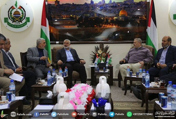 Yahya al-Sinwar sits next to Isma'il Haniyeh at a meeting of the heads of the organizations (Palinfo, March 22, 2018).
