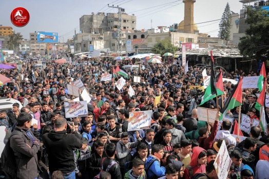 Demonstration in front of UNRWA offices in the Jabalia refugee camp protesting UNRWA's budget cuts (Facebook pages of QudsN and al-Anadolu News, March 1, 2018).
