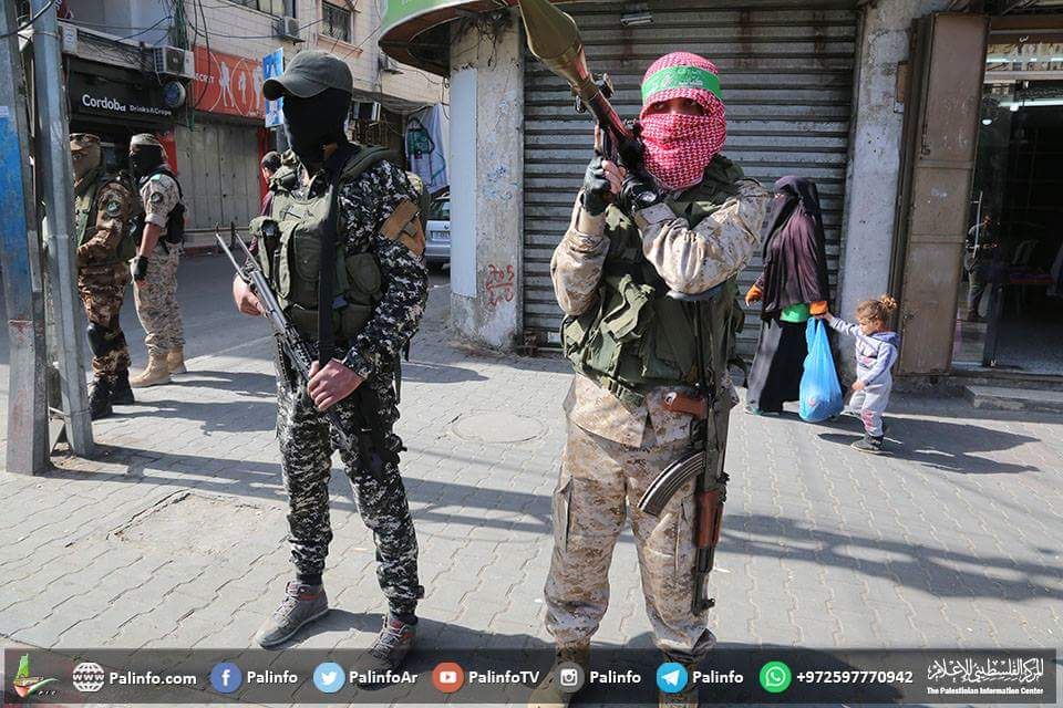 Right: Extensive deployment of armed Hamas operatives throughout the Gaza Strip (PalInfo's Twitter account, March 25, 2018)