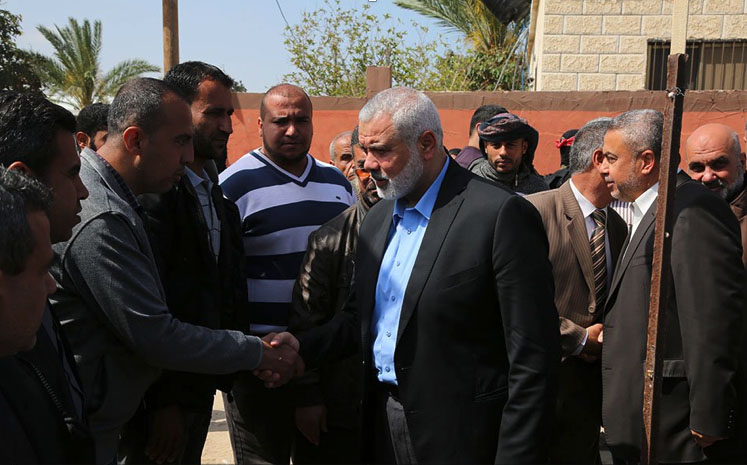 Isma'il Haniyeh, head of Hamas' political bureau, consoles one of the mourning families (Palinfo Twitter account, April 4, 2018).