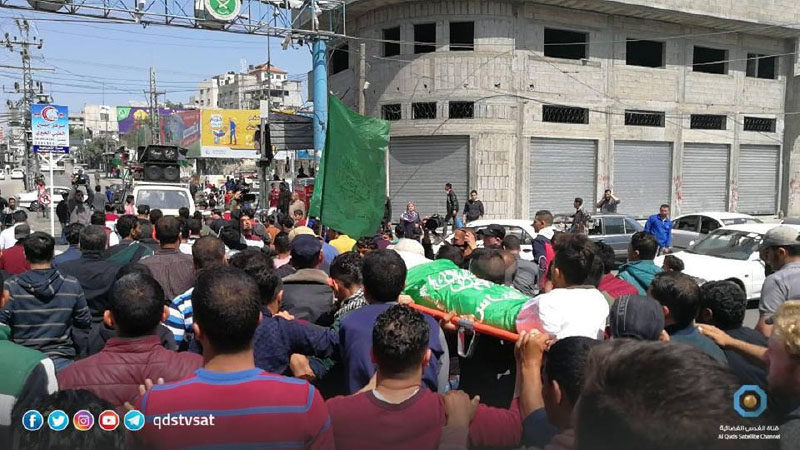 The funeral held for Islam Harzallah. His body is wrapped in a Hamas flag (Facebook page of al-Risalah, April 14, 2018).