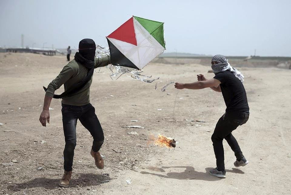 Palestinians fly a kite with a Molotov cocktail tied to its tail from the central Gaza Strip into Israeli territory (Palinfo Twitter account, April 21, 2018).
