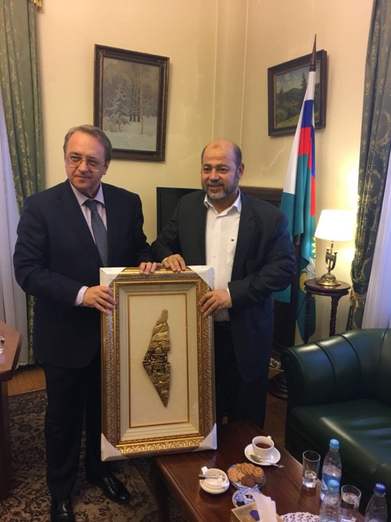 "Musa Abu Marzuq (right) presents Mikhail Bogdanov with a bas-relief map of ""Palestine,"" at the center of which is al-Aqsa mosque (Twitter account of Musa Abu Marzuq, March 30, 2018)."