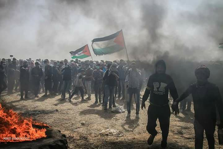 Palestinians burn tires near the border fence (Palinfo Twitter account, April 13, 2018).