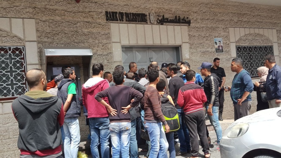 Families of shaheeds close the branch of the Bank of Palestine in western Gaza City to protest the non-transfer of payments by the PA (website of 8 o'clock, April 12, 2018).